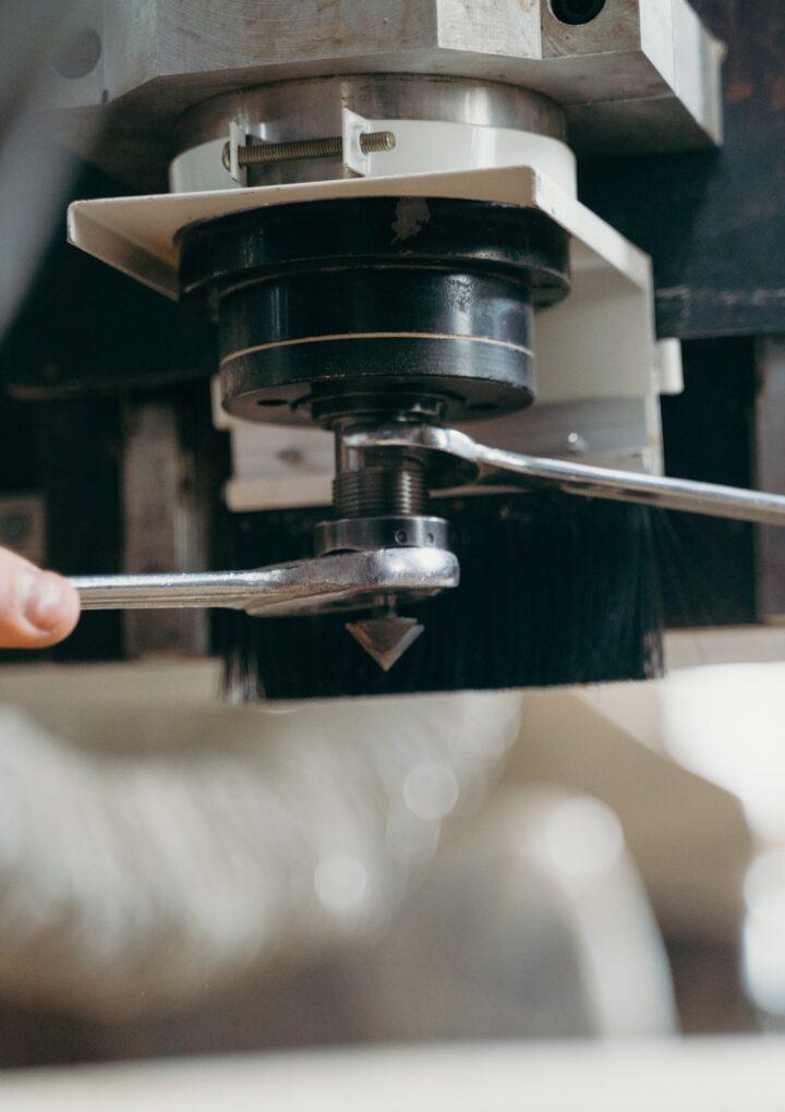 Jak wykonać specjalistyczne części do maszyn przemysłowych. Rozwiązaniem jest cięcie laserem